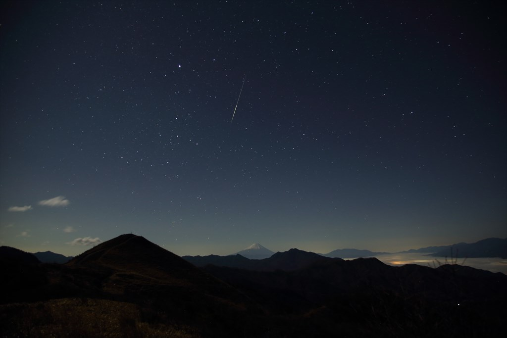 飯盛山登山道から臨む富士山と頭上に煌く流れ星 [Fujikawa River looked from Mt.Meshimori trail and a sparkling shooting star overhead]