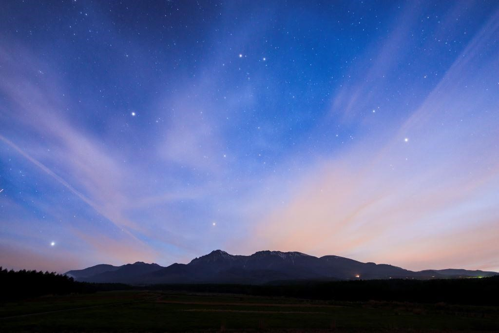 開拓記念碑 八ヶ岳と冬の星座 [Pioneer Monument  Mt.Yatsugatake and the winter constellation]