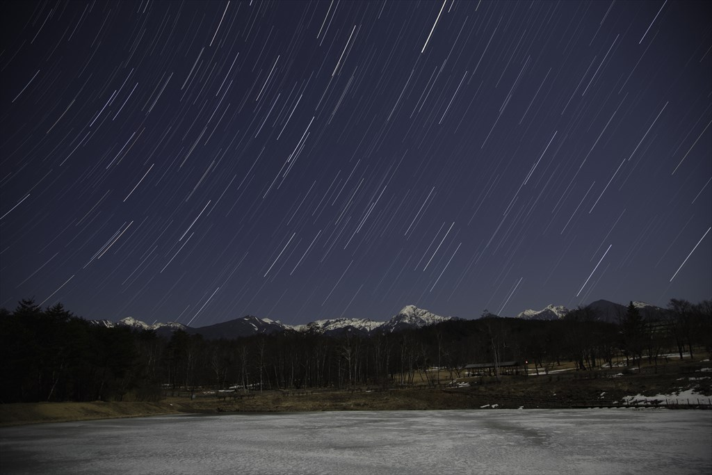 八ヶ岳越しに昇る東天の星と冬のまるやち湖 [Stars rising in the eastern sky over Mt.Yatsugatake and Lake Maruyachi in winter]