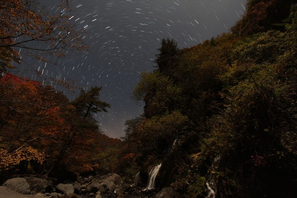 紅葉の吐竜の滝と星空 [Autumn leaves at Doryu waterfall and the starry sky]